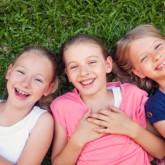Kinderen in het gras